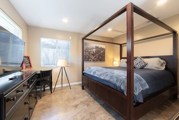 STUNNING STUDIO-HUGE COMFORTABLE BED - LONG BEACH