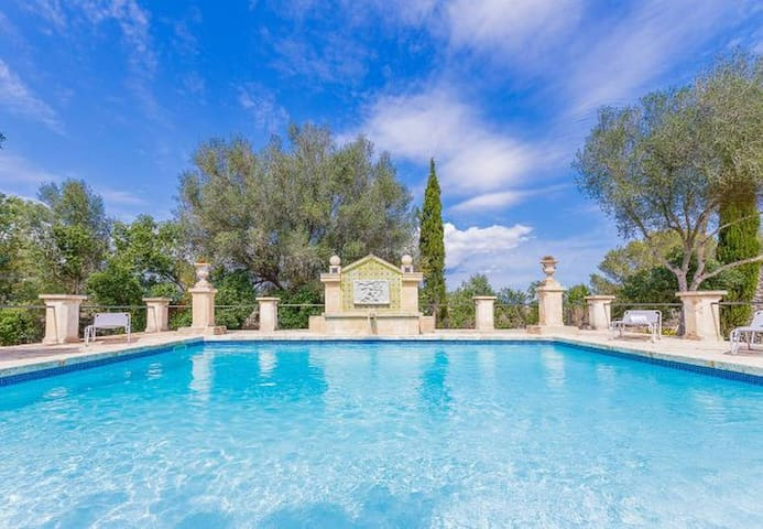 Beautiful rustic house with a lot of charm and privacy, with pool, near Llubi