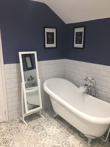 Double room in Victorian house, luxury bathroom - Ipswich - Talo