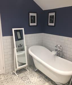 Double room in Victorian house, luxury bathroom - Ipswich - Talo