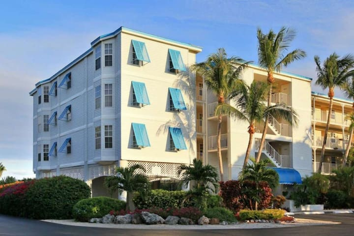 The lush, tropical surroundings provide the perfect, Florida Keys welcome.
