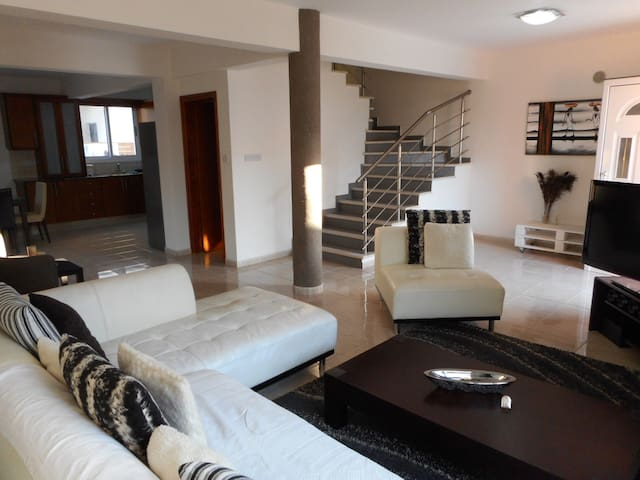 Comfy and Practical Paphos House - Pafos - Casa