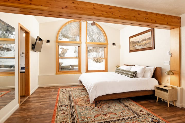Upstairs Main Master Bedroom. King bed, HD TV, plenty of space and views of the hillside.