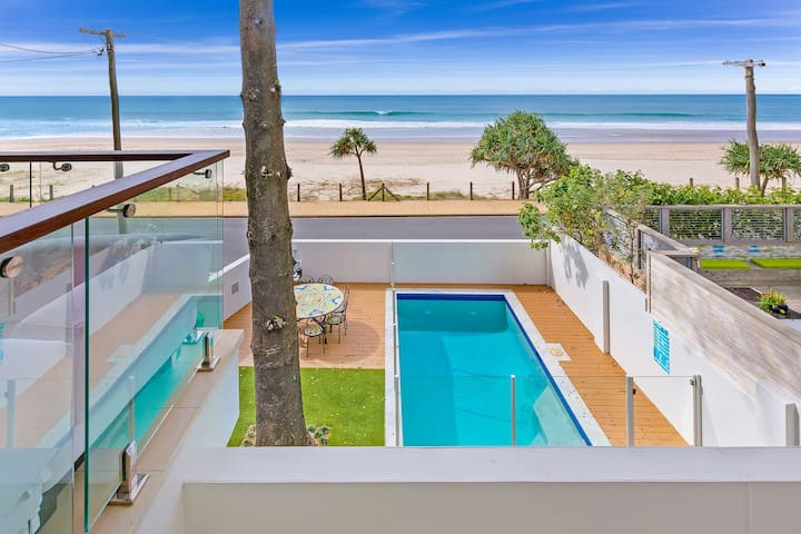 Family Beach House Sleeps 12 adults OR 10 & 4 kids - Currumbin - Huis