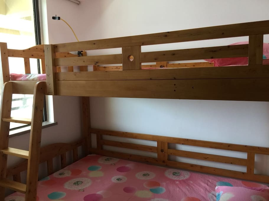 这里是第三个卧室,是一个高低床。