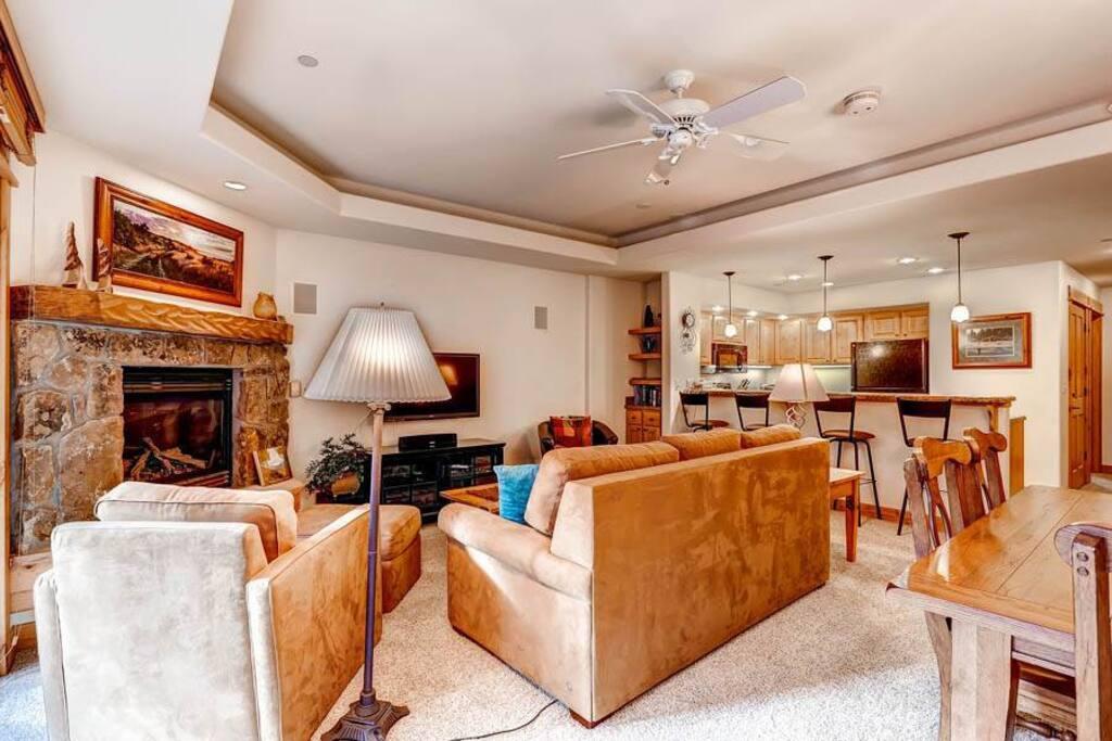 Indoors,Room,Lamp,Table Lamp,Furniture