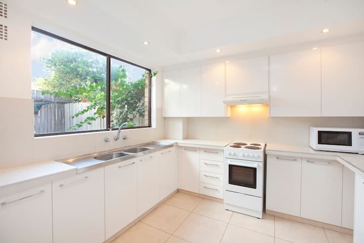 A sun-drenched parkside townhome - Matraville - ทาวน์เฮาส์