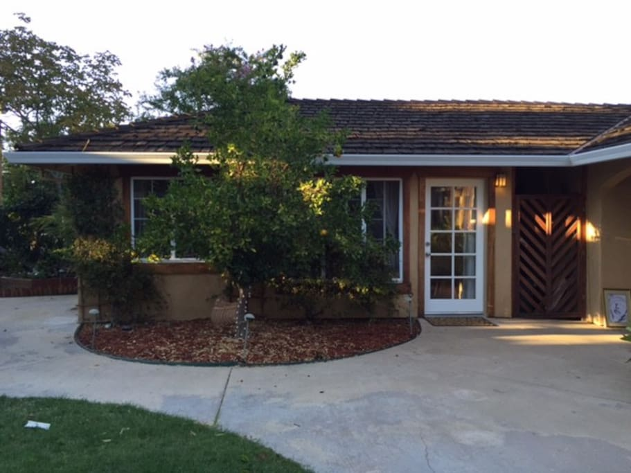 A Charming Cottage With Swimming Pool Guesthouses For Rent In Sacramento California United