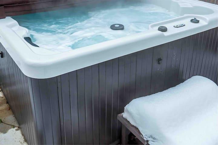 Private & Exclusive Hot Tub-quick walk to ski bus!