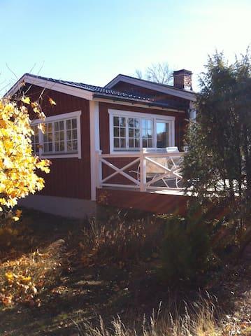 Lantlig stuga med spabad,gångavstånd till mälaren - Eskilstuna N - Cabaña