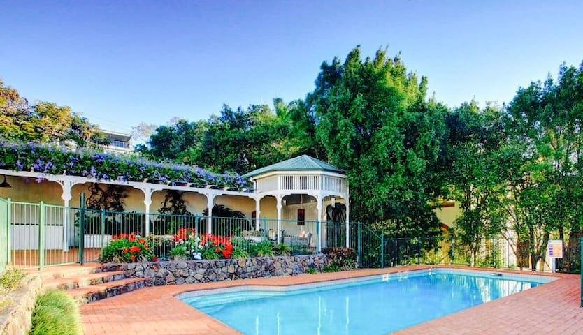 Luxury Mansion w. pool +1/2 acre garden