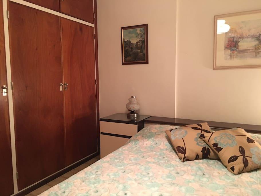 Dormitorio con amplios placares, mesas de luz y guarda almohadas