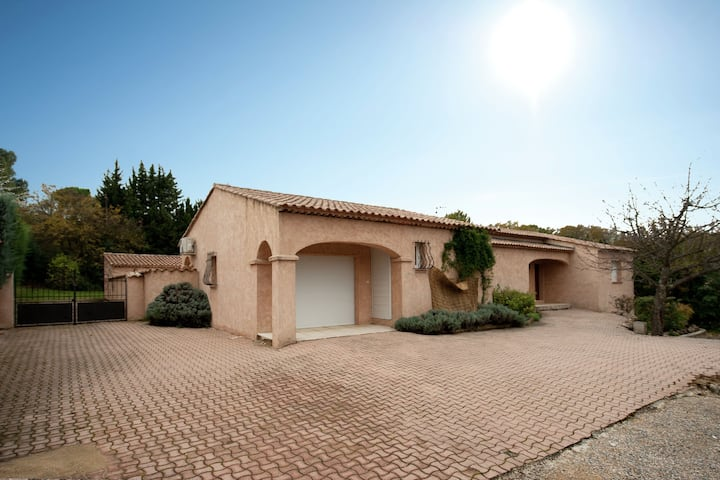 Villa with air conditioning and private pool 1 km from Saint-Paul-en-Foret and 35 km from the sea