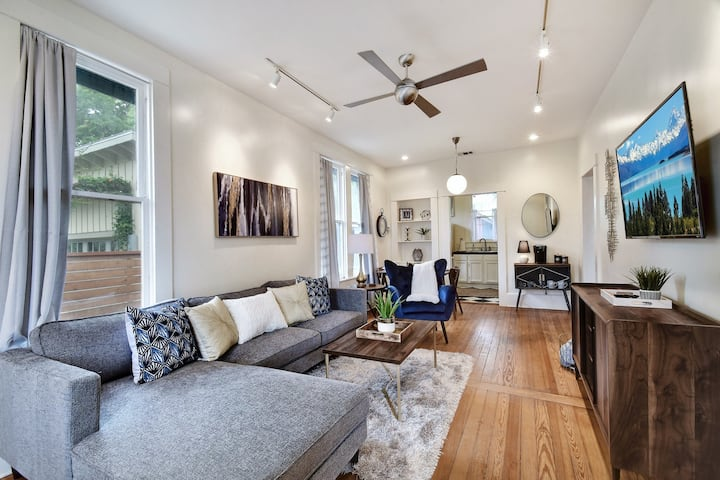 2BR Bungalow in Hip Southtown✺King Bed✺Riverwalk