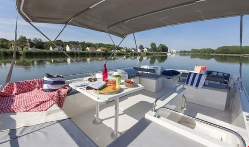 Fantastic 3 Cabin Seeleys Cruise on Horizon