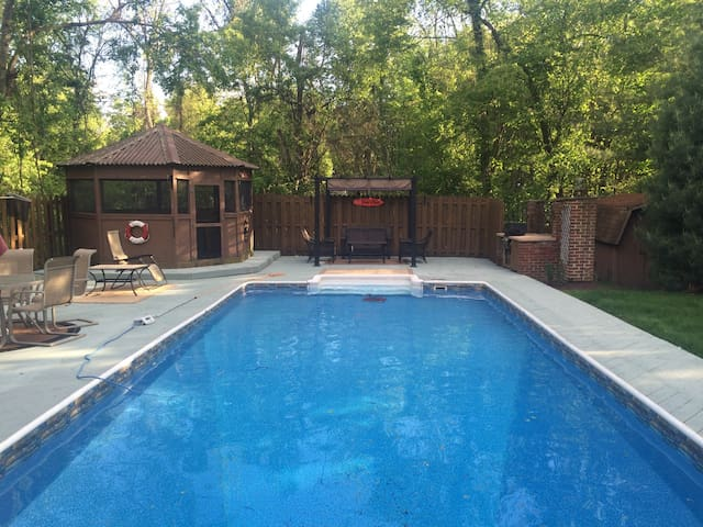 House with heated pool - Monroeville - บ้าน