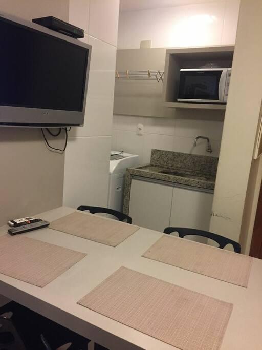 Pia lavação e Forno Microondas + TV e mesa.