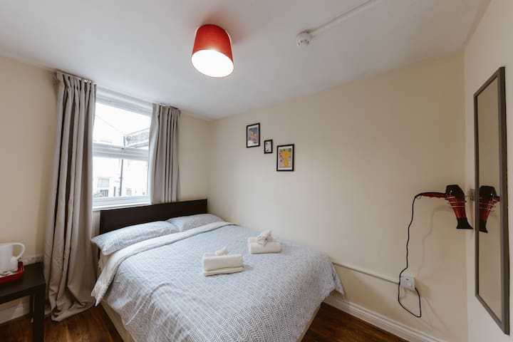 Mile end double room with shared bathroom :) R1