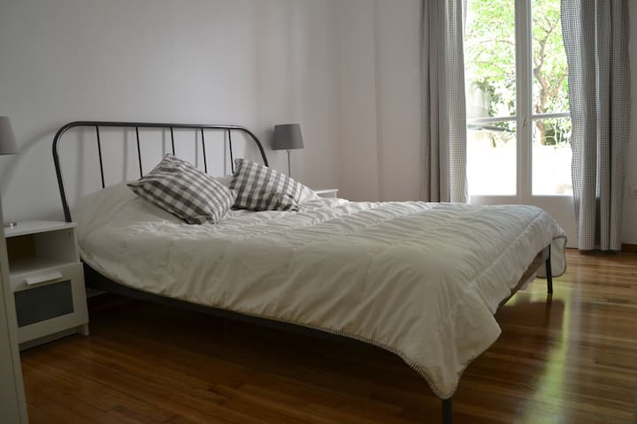 Quiet double-bed apt, 10 mins from the centre!
