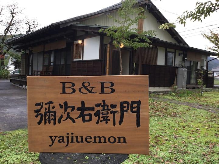 木立ちに囲まれた、奥美濃の一軒家 。Quiet house surrounded by trees.