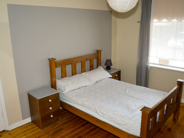 Spacious room 5min from the Airport - Underdale - Hus