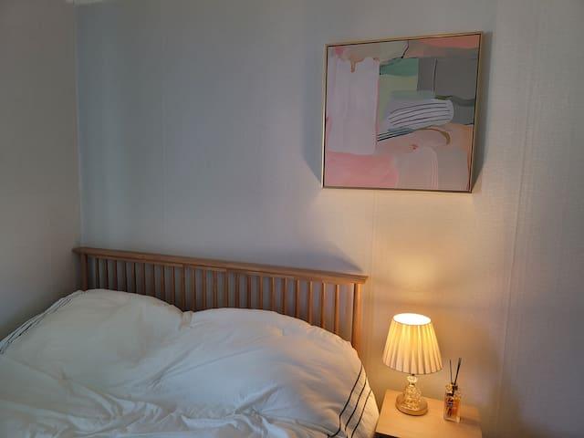 안방 퀸 사이즈 침대와 협탁 그리고 방 분위기에 잘 어울리는 액자에요.