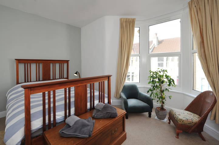 Your own space: bedroom, bathroom and lounge. - Bristol - House