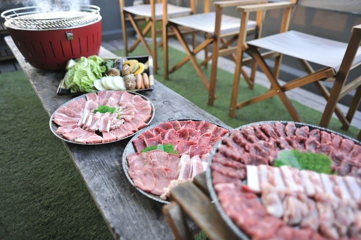 オプション申込みで下準備も出来ているBBQセット(松・竹・梅)ご用意出来ます 香川県産牛 赤いグリルは専用のBBQグリルです