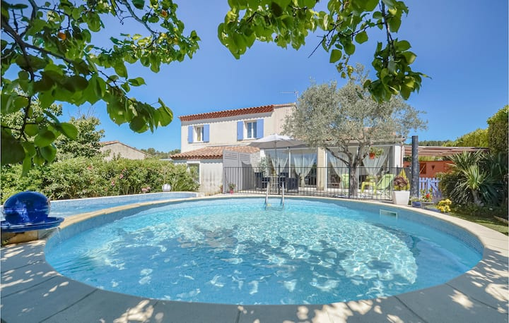 Nice home in Saint Chamas with Jacuzzi, 3 Bedrooms and Outdoor swimming pool