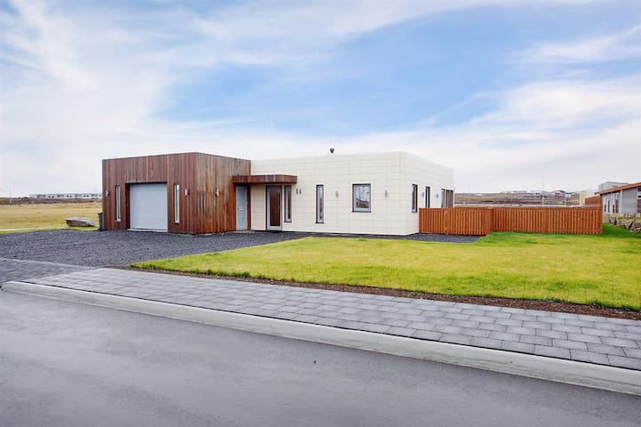 Entire house close to Keflavik airport - Njardvik - Ev