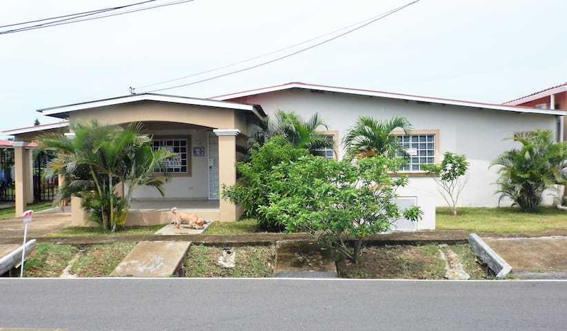 Beautiful 2 Bed, 2 Bath home in a gated community - Anton - Casa
