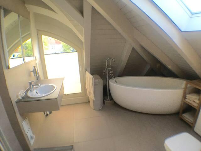 Badezimmer mit Badewanne + Dusche