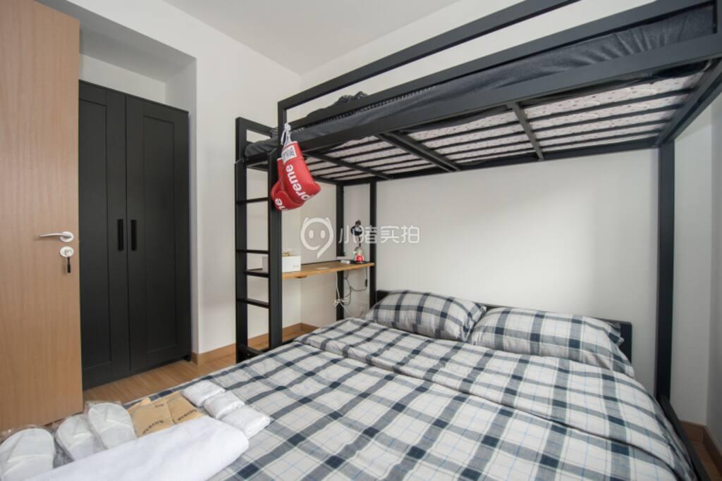 下铺一米五乘2米的双人床,上铺1米乘2米的单人床