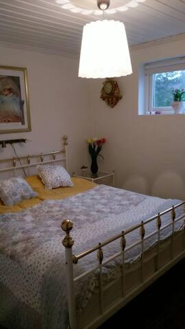 Sovrum 160 cm dubbel säng