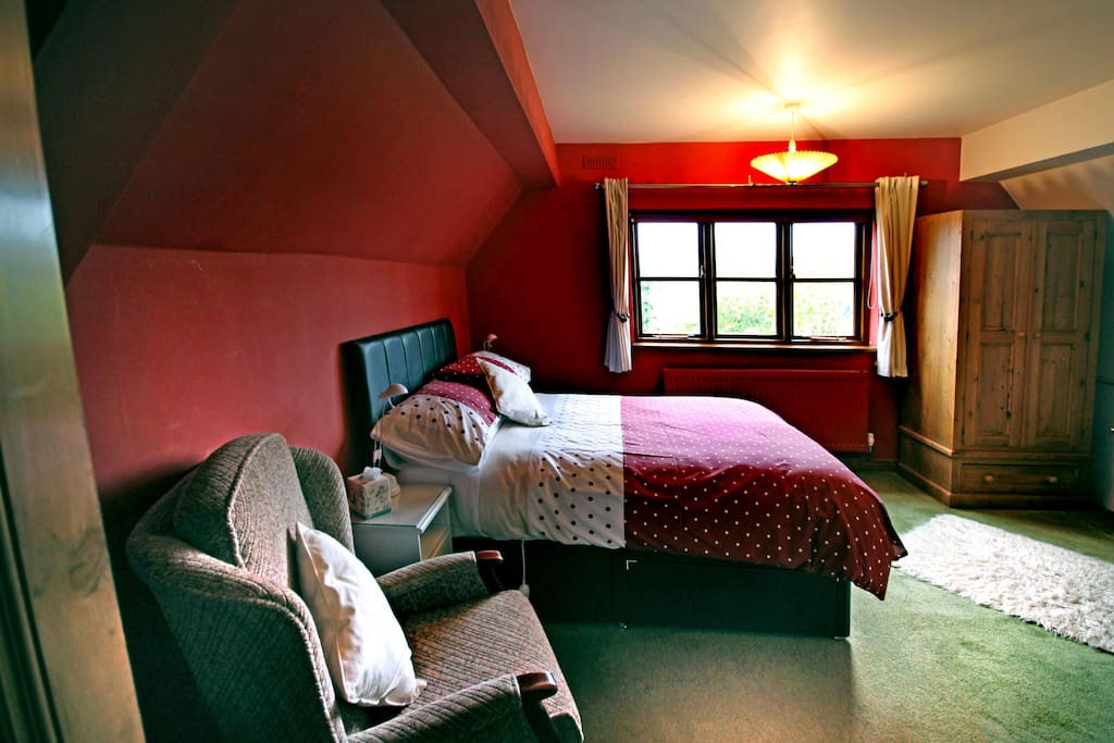 Spacious room with double bed
