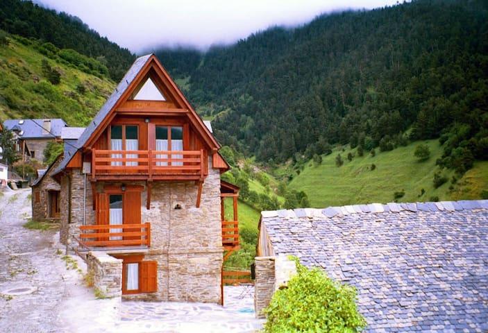 Casa dividida en apartamentos - Montcorbau (Vielha e Mijaran) - Hus