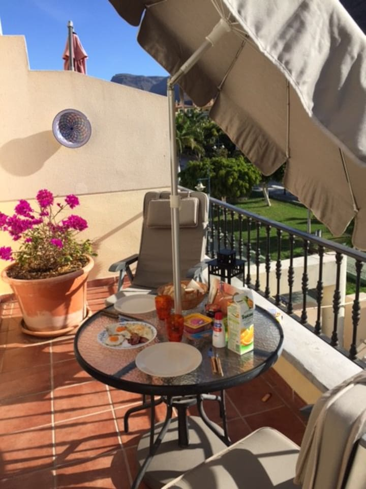 Enjoy your breakfast on the sunny morning terrace with a view to the park and the city centre.