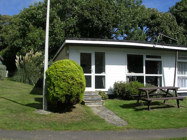 Manor 10 - Homely Bungalow with country/sea view