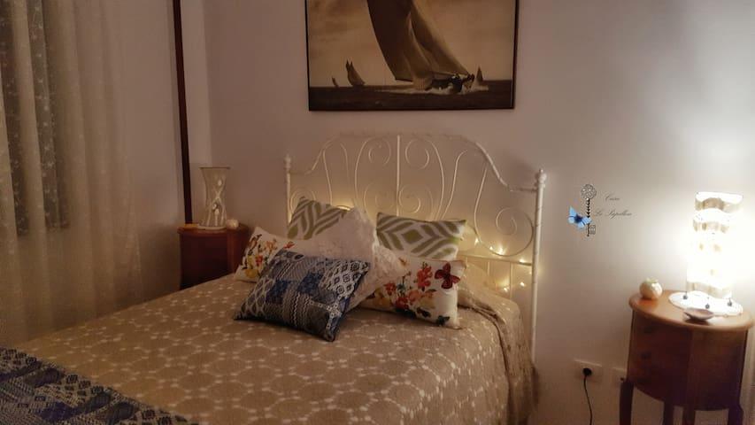 Romántica suite con cama de matrimonio y baño completo privado