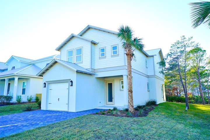 4 bedroom with 5 bikes and heated community pool