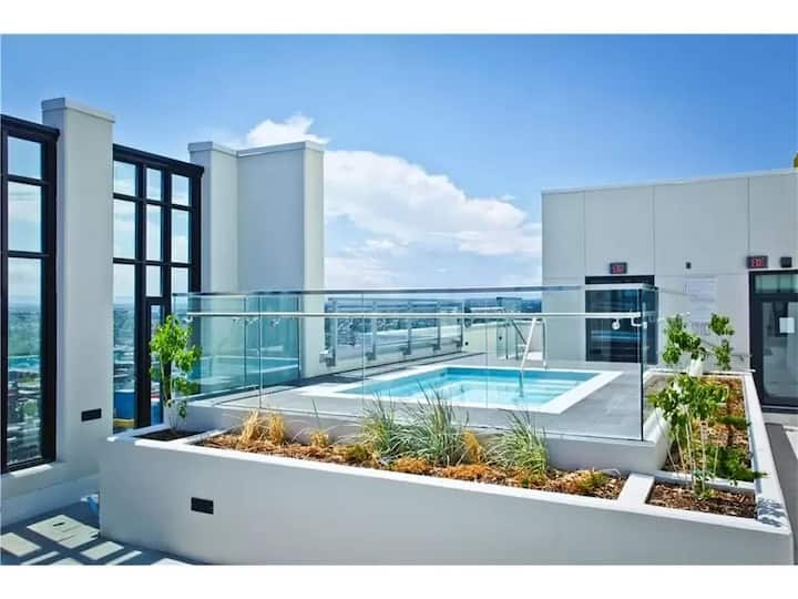 LUXURIOUS 1 BED AVAILABLE @ MARK BELTLINE