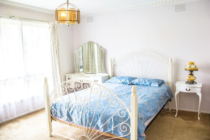 带沐浴间步入式衣柜的舒适主卧Cosy Master bedroom with Shower room