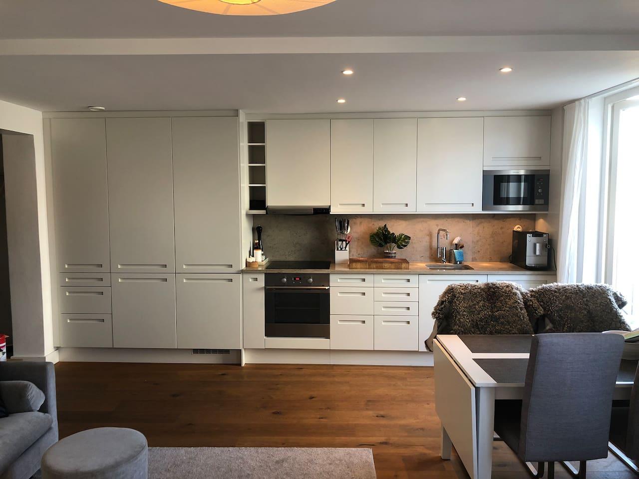 Fullt utrustat kök med diskmaskin och automatisk kaffemaskin  Fully equipped kitchen with wash machine and coffee machine
