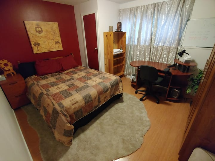 Mid Size Room (1 of 2 Rooms) - Quiet Family Home