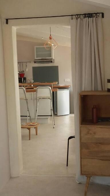 La pièce à vivre, vue de la chambre