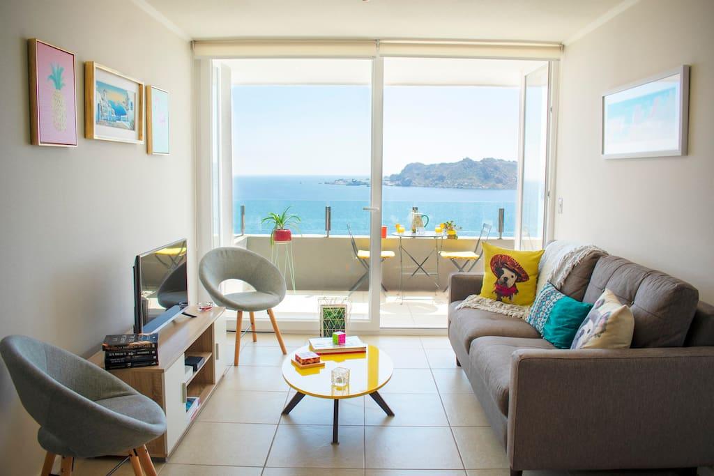 Esta es la zona del living/estar. Contarás con una exquisita vista a Playa La Herradura, y entretención para todos (Netflix, libros, revistas, cubo Rubik, TV Cable, audio portátil de alta fidelidad, y mucho más).