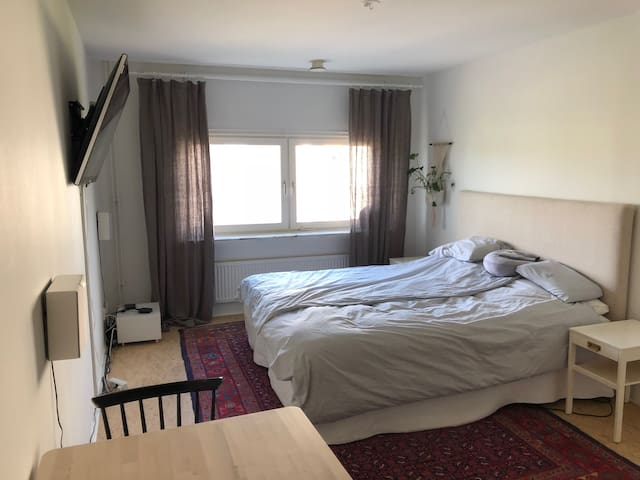 Private room with 1-3 beds, close to University