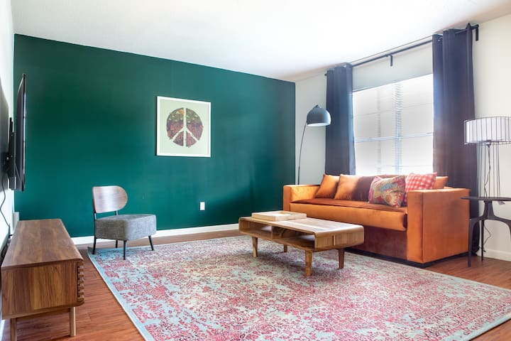 Cozy 2BR in Central Austin #335 by WanderJaunt