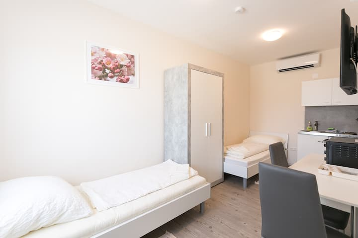 Studio 6a for up to 2 - free parking included