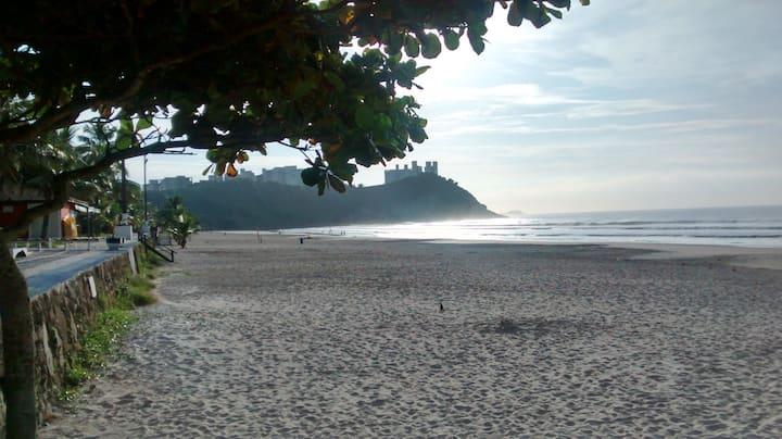 Charmosa, pequena casa, a 120m da Praia do Tombo